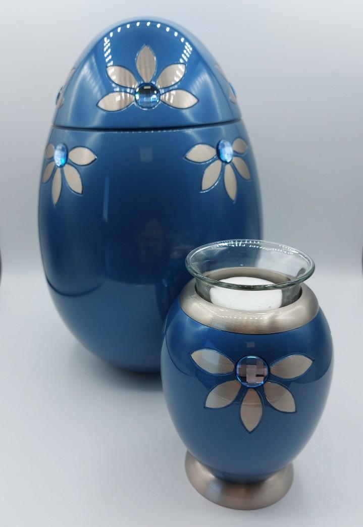 Deze metalen urn is bezet met swarovski stenen, is 26 cm hoog en geschikt voor de volledige as.