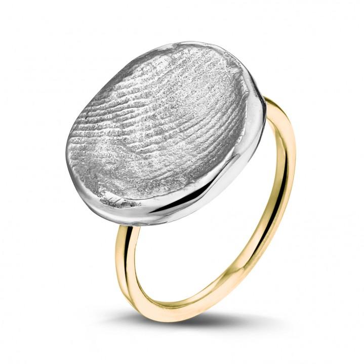 Zilveren vingerafdruk met gouden band.