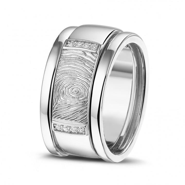 Wit gouden ring met diamanten en vingerafdruk.