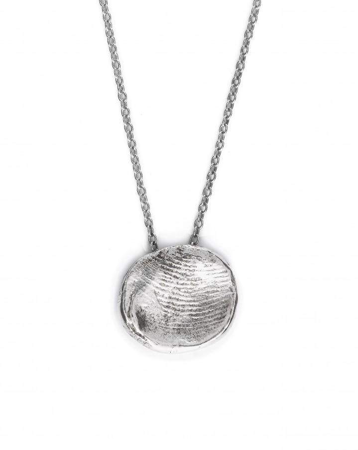 Zilveren vingerafdruk met zilveren collier.