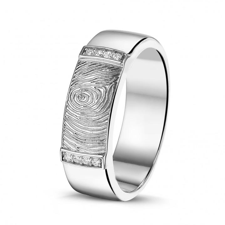 Geel gouden ring met diamanten en vingerafdruk.
