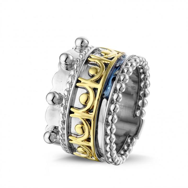 Zilver met gouden ring.
