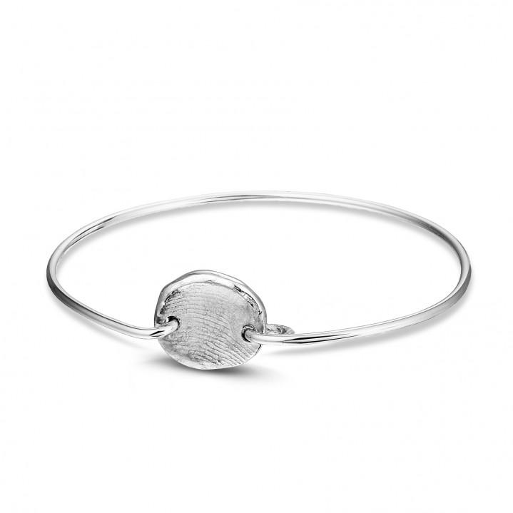 Zilveren armband met zilveren vingerafdruk.