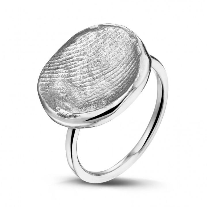 Zilveren band met zilveren vingerafdruk.