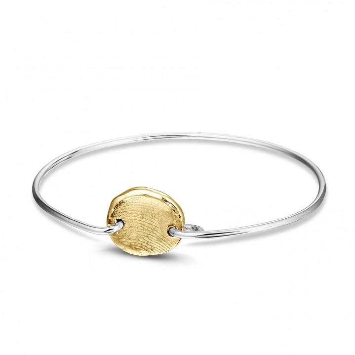 Zilveren armband met gouden vingerafdruk.