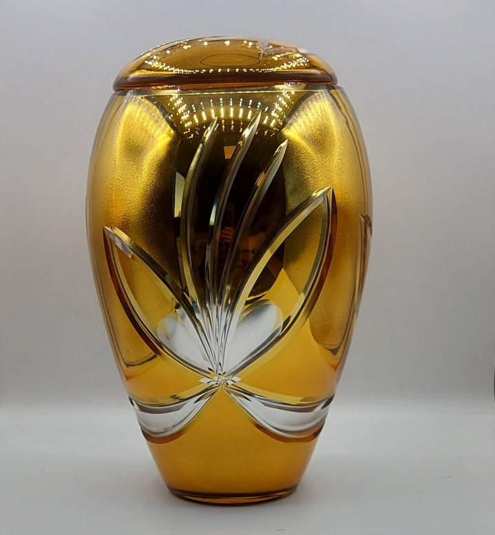 Deze glazen urn, 28 cm hoog, is geschikt voor de volledige as.