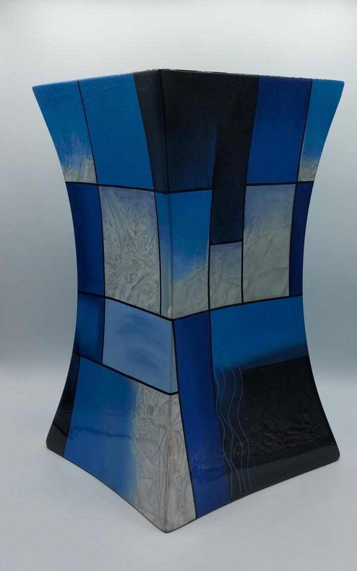 Deze glasfiber urn is gemaakt van gips en hars. Deze urn is 29 cm hoog, en geschikt voor de volledige as.